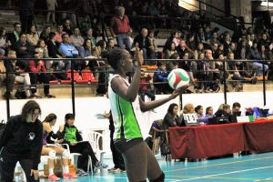 La jugadora senegalesa Sokhna Gueye al saque (Nina Bañegil).