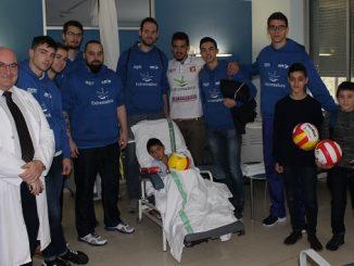 El equipo de Voleibol Electrocash Extremadura visita a los niños del Hospital San Pedro