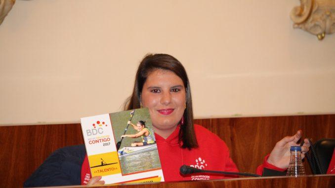 Elena Ayuso recibe una de las becas Diputación Contigo
